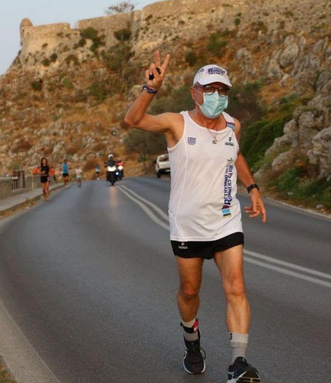 Έτρεξε πέντε χιλιόμετρα φορώντας τη μάσκα του | tovima.gr