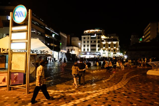 Κορωνοϊός: Χωρίς τέλος τα πάρτι στις πλατείες – Συνωστισμός και απουσία μέτρων προστασίας | tovima.gr
