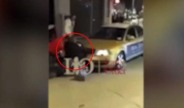 Βίντεο – ντοκουμέντο: Νεαρός προσπαθεί να πάρει το όπλο αστυνομικού και εκπυρσοκροτεί | tovima.gr