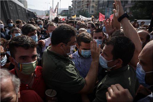 Δίκη Χρυσής Αυγής: Διαδηλωτές προπηλάκισαν τον Αλέξη Τσίπρα   tovima.gr
