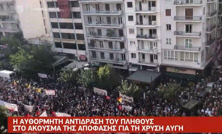 Χρυσή Αυγή : 20.000 άνθρωποι ξεσπούν σε χειροκροτήματα στο άκουσμα της ιστορικής απόφασης   tovima.gr
