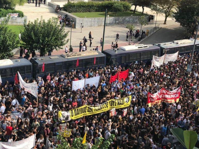 Ενθουσιασμός και ικανοποίηση των συγκεντρωμένων για την καταδίκη της Χ.Α. | tovima.gr
