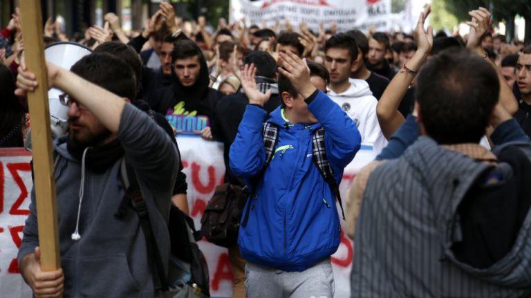 Ενταση στο μαθητικό συλλαλητήριο – Χημικά και κρότου λάμψης | tovima.gr
