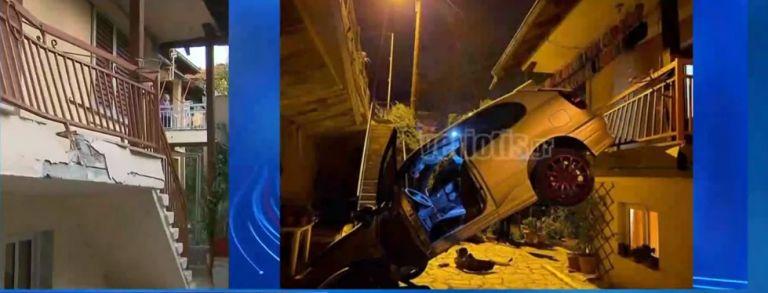 Βέροια:  Έχασε τον έλεγχο του ΙΧ και «προσγειώθηκε» από τη γέφυρα σε αυλή σπιτιού | tovima.gr