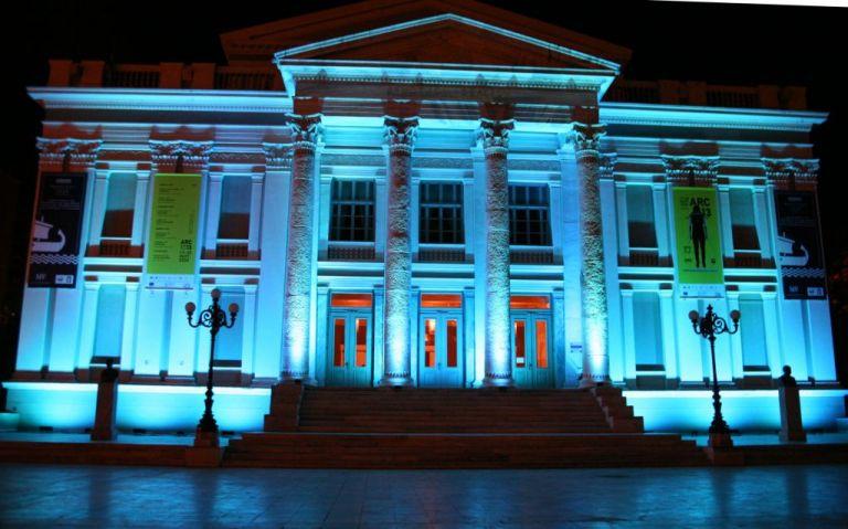 Δήμος Πειραιά : Στα μπλε φωταγωγήθηκε το Δημοτικό Θέατρο για τη δυσλεξία | tovima.gr