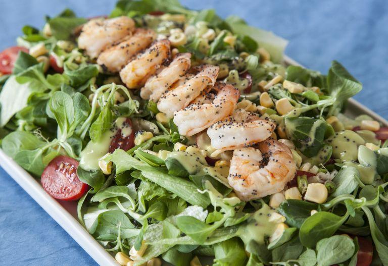 Πράσινη σαλάτα με πικάντικες γαρίδες | tovima.gr
