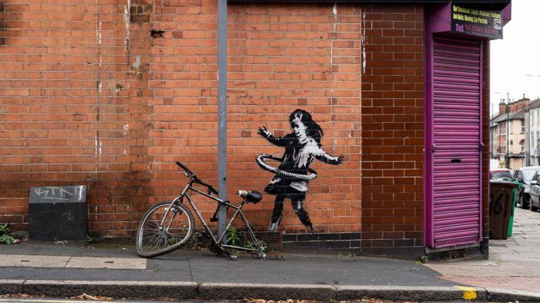 Banksy : Έργο μου το κορίτσι με το χούλα-χουπ στο Νότιγχαμ | tovima.gr