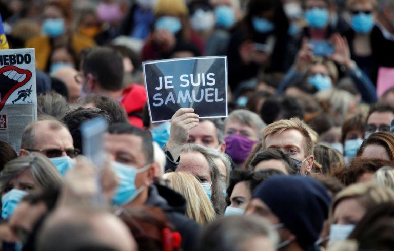 Γαλλία : Χιλιάδες πολίτες στους δρόμους για να τιμήσουν τη μνήμη του αδικοχαμένου καθηγητή | tovima.gr