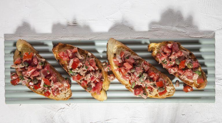 Μπρουσκέτες με ταρτάρ ντομάτας και τόνο | tovima.gr