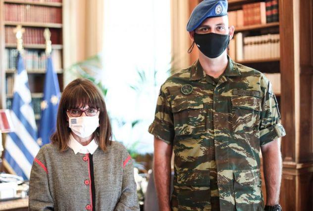 ΠτΔ : «Καλός πολίτης» στον ομογενή που υπηρέτησε στην Προεδρική φρουρά | tovima.gr