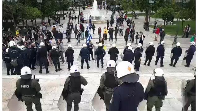 28η Οκτωβρίου : Ένταση στο Σύνταγμα – Ομάδα επιχείρησε να καταθέσει στεφάνι στον Άγνωστο Στρατιώτη   tovima.gr