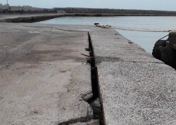 Σεισμός – Σάμος : Οι πρώτες εικόνες από τις ζημιές στο λιμάνι στο Βαθύ | tovima.gr