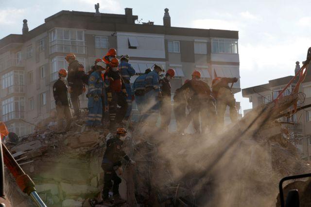 Σεισμός – Σμύρνη : Η συγκλονιστική στιγμή που 70χρονος ανασύρεται ζωντανός | tovima.gr