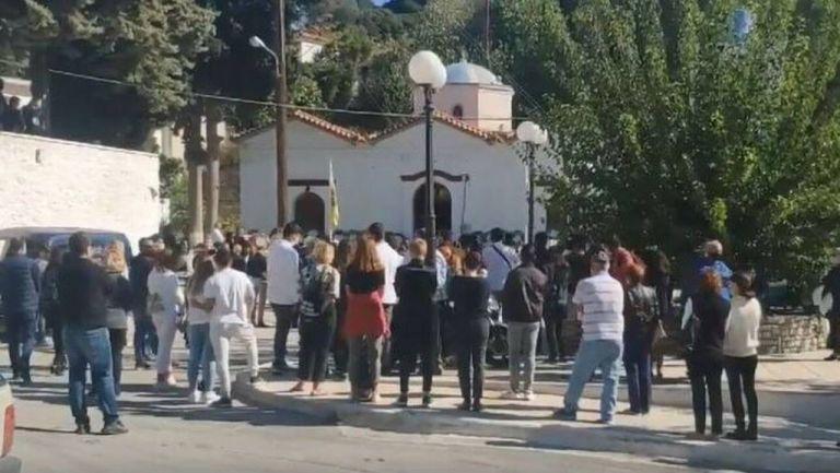 Σεισμός – Σάμος : Θρήνος στο τελευταίο αντίο της 15χρονης Κλαίρης – Στα λευκά ντυμένοι οι συμμαθητές της   tovima.gr