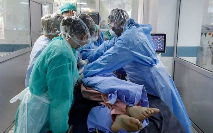 Heightened concerns as Daily COVID-19 cases approach 2,000 mark | tovima.gr