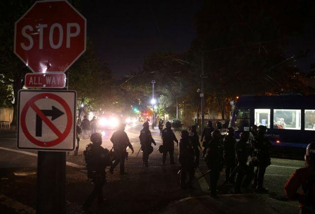 Προεδρικές εκλογές ΗΠΑ : Διαδηλωτές με όπλα έκαψαν αμερικανικές σημαίες στο Πόρτλαντ | tovima.gr