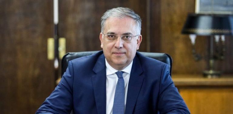 Live: Δηλώσεις Θεοδωρικάκου για τα μέτρα στο Δημόσιο | tovima.gr