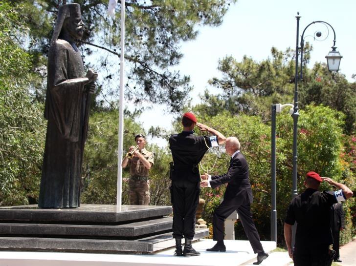 Όταν ο Μπάιντεν απέτισε φόρο τιμής στον Μακάριο | tovima.gr