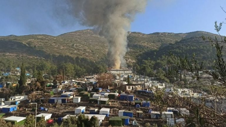 Σάμος: Φωτιά στο ΚΥΤ [εικόνες] | tovima.gr