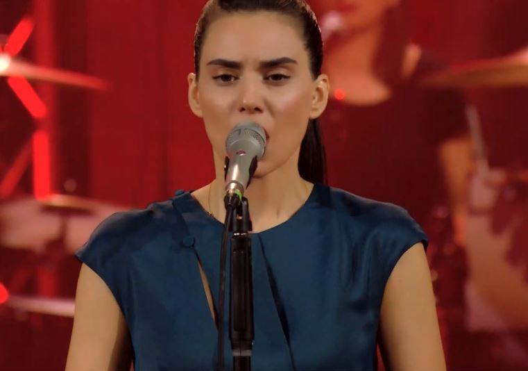 Σπίτι με το MEGA: Η Σοφία Μανουσάκη τραγουδά στο πλευρό του Στέφανου Κορκολή   tovima.gr