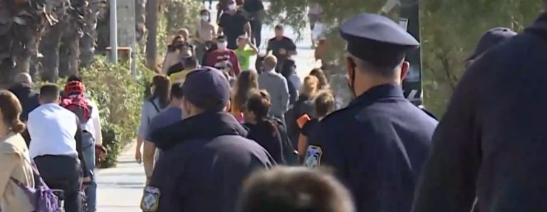 Κορωνοϊός : Προβληματισμένοι οι ειδικοί από τις κυριακάτικες βόλτες στην παραλία | tovima.gr