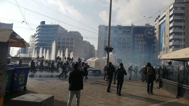 Σκηνικό μάχης το κέντρο της Αθήνας : Διμοιρίες ΜΑΤ, Αύρες, δεκάδες προσαγωγές | tovima.gr