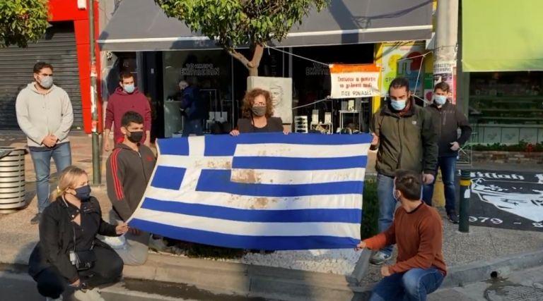 Πολυτεχνείο : Η Μάγδα Φύσσα με την αιματοβαμμένη σημαία στο σημείο δολοφονίας του Παύλου | tovima.gr
