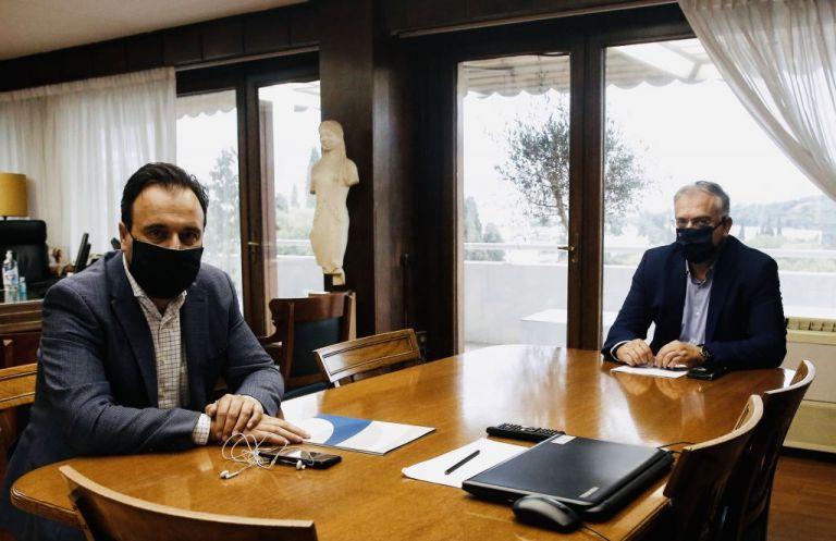 Συνάντηση Θεοδωρικάκου με τον πρόεδρο της ΚΕΔΕ: 60 εκατ. ευρώ στους Δήμους για την αντιμετώπιση της πανδημίας | tovima.gr