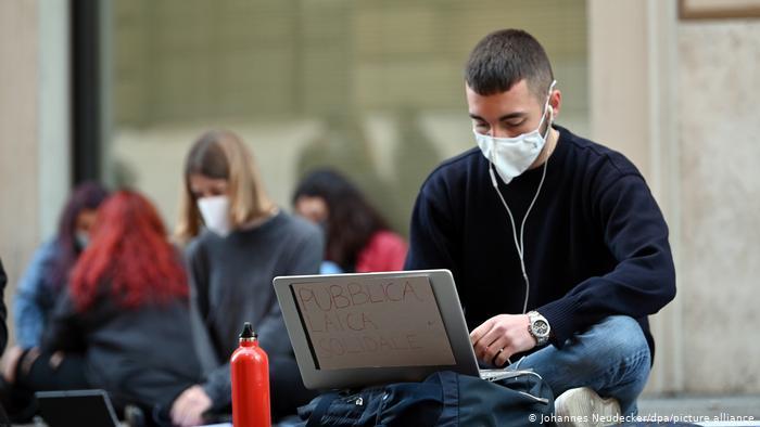 Φτάνει πια με το διαδικτυακό μάθημα λένε ιταλοί μαθητές | tovima.gr