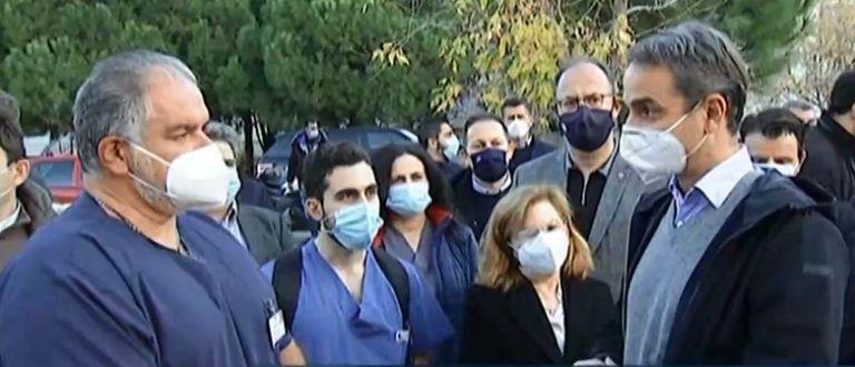 Στη Θεσσαλονίκη ο Μητσοτάκης: Το ΕΣΥ πιέζεται, όμως θα αντέξει – Το μήνυμα στο ιατρικό και νοσηλευτικό προσωπικό | tovima.gr