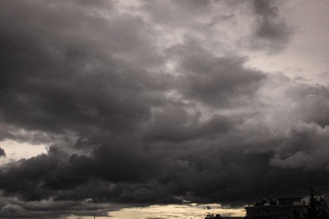 Καιρός : Καταιγίδες στο Ιόνιο από το βαρομετρικό χαμηλό – Κρύο και βροχές και τη Δευτέρα   tovima.gr