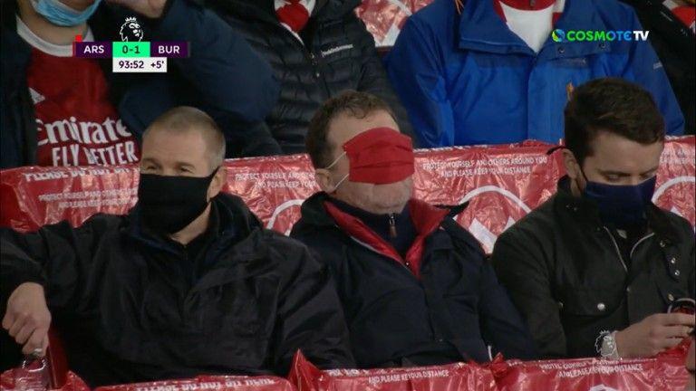 Οπαδός της Άρσεναλ έβαλε τη μάσκα στα μάτια για να μην βλέπει | tovima.gr