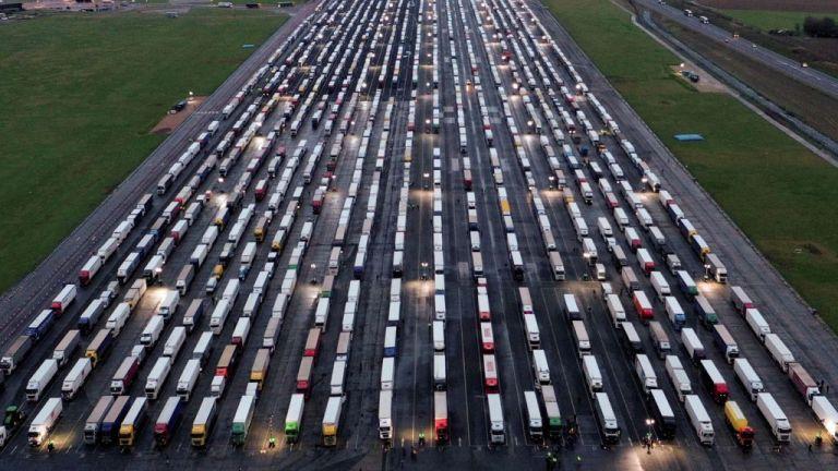 Χριστούγεννα… στο δρόμο θα κάνουν χιλιάδες οδηγοί φορτηγών – Έχουν εγκλωβιστεί στα σύνορα Γαλλίας-Βρετανίας | tovima.gr