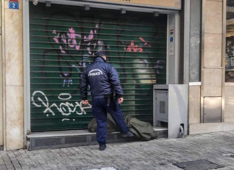Έντονες αντιδράσεις στο Twitter για αστυνομικό που σκουντάει με το πόδι άστεγο στην Ερμού   tovima.gr