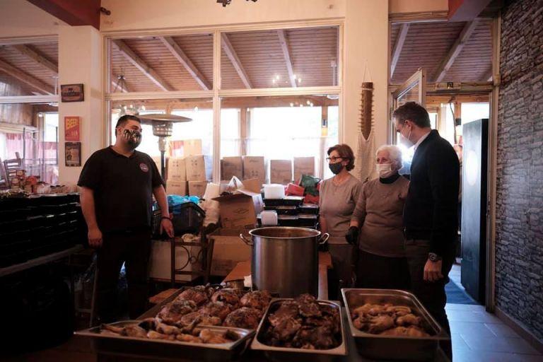 Μητσοτάκης : Μοίρασε φαγητό και δώρα σε ανθρώπους που έχουν ανάγκη   tovima.gr