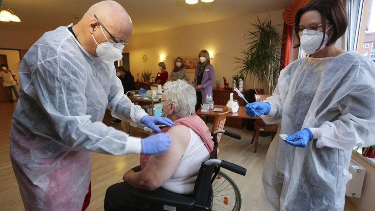EU launches massive COVID-19 vaccination, peresuasion campaign   tovima.gr