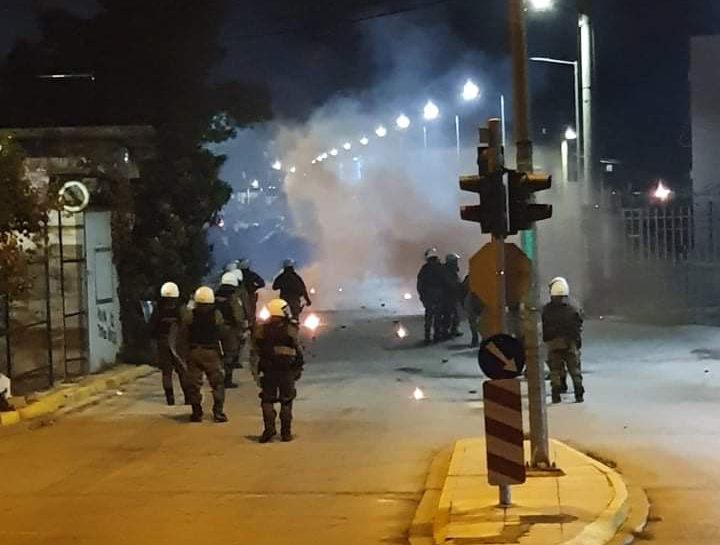 Ασπρόπυργος : Νέα επεισόδια – Κάτοικοι αντιδρούν στα μέτρα lockdown | tovima.gr