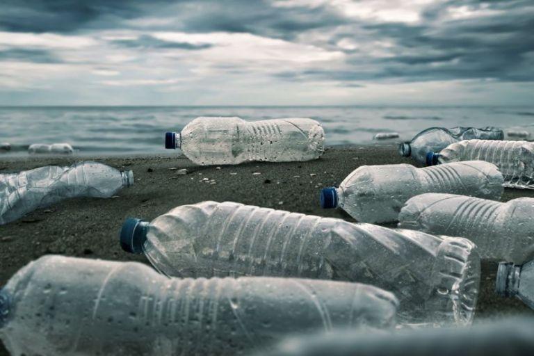 Πλαστικά : Ποιες κατηγορίες σταματά να προμηθεύεται το Δημόσιο από τον Φεβρουάριο | tovima.gr