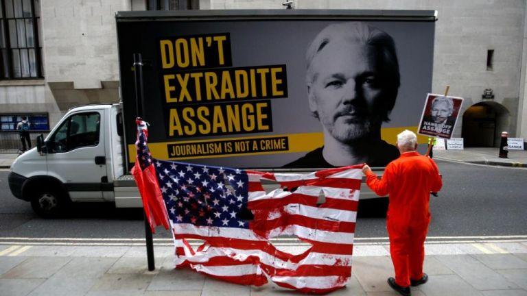 Τζουλιάν Ασάνζ : «Όχι» για την έκδοση στις ΗΠΑ είπε το βρετανικό δικαστήριο | tovima.gr