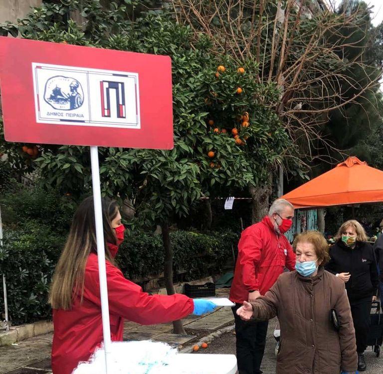 Ο Δήμος Πειραιά πρόσφερε στους πολίτες 100.000 μάσκες | tovima.gr