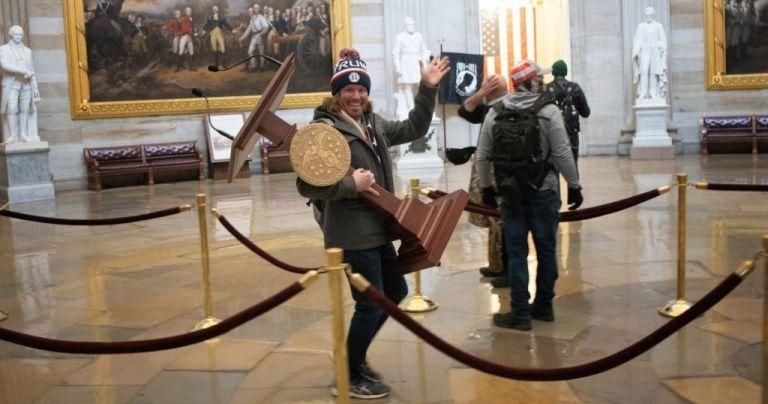 ΗΠΑ – Καπιτώλιο : Συνελήφθη ο άνδρας που έκλεψε το αναλόγιο της προέδρου της Βουλής   tovima.gr
