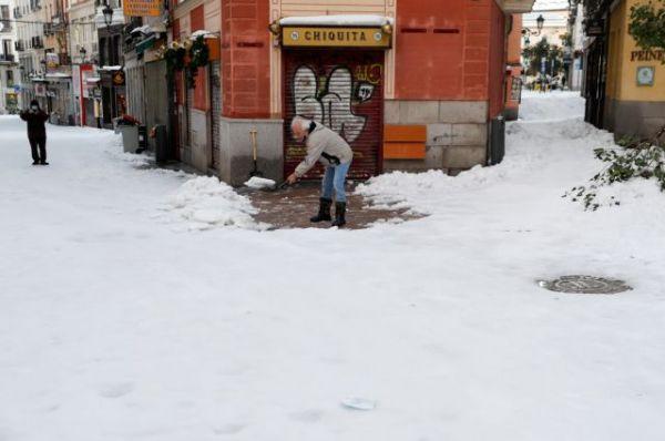 Ισπανία : Παρέλυσε η κυκλοφορία εξαιτίας σφοδρής χιονοθύελλας – Μεγάλη κινητοποίηση για τη διανομή των εμβολίων | tovima.gr