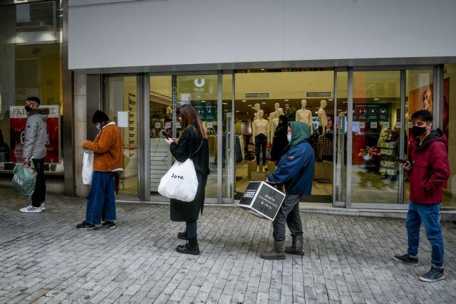 Λιανεμπόριο : Ξεχύθηκαν στην αγορά οι παρά το τσουχτερό κρύο – Ουρές εκατοντάδων μέτρων | tovima.gr