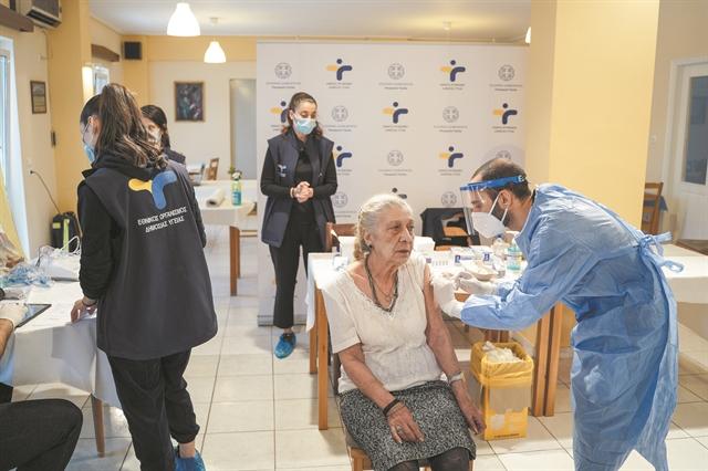 Εμβόλιο: Την πρώτη κιόλας μέρα εμβολιάστηκαν το 93,7% των 85 και άνω που είχαν κλείσει ραντεβού | tovima.gr