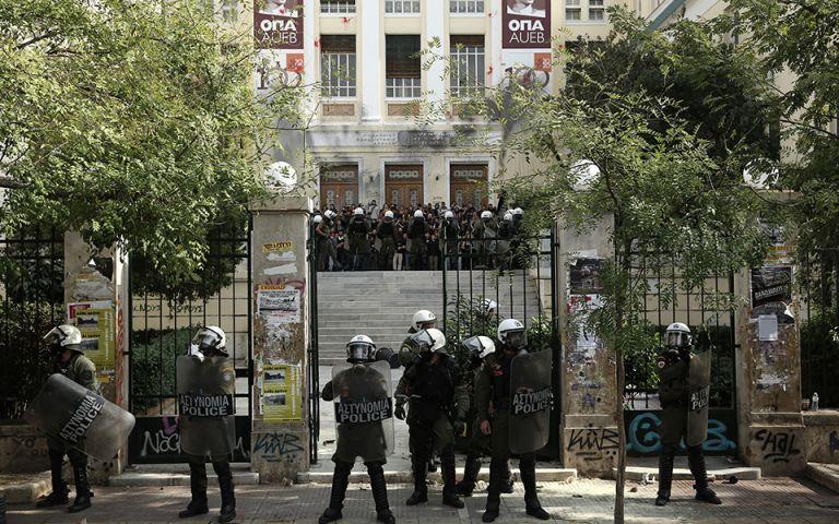 Χρυσοχοΐδης : Οι αστυνομικοί στα Πανεπιστήμια δεν θα φέρουν όπλα – Θα έχουν γκλοπ και χειροπέδες | tovima.gr