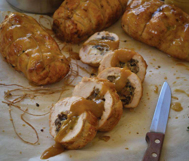 Ρολό κοτόπουλο γεμιστό με μανιτάρια και τυρί | tovima.gr
