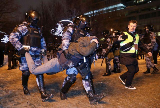 Xιλιάδες κόσμου στη διαδήλωση υπέρ του Ναβάλνι – Συνελήφθη η γυναίκα του | tovima.gr