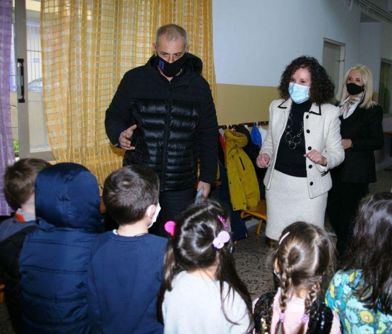 Δήμος Πειραιά : 1.500 μάσκες πολλαπλών χρήσεων δόθηκαν για την προστασία των παιδιών στα νηπιαγωγεία της πόλης | tovima.gr
