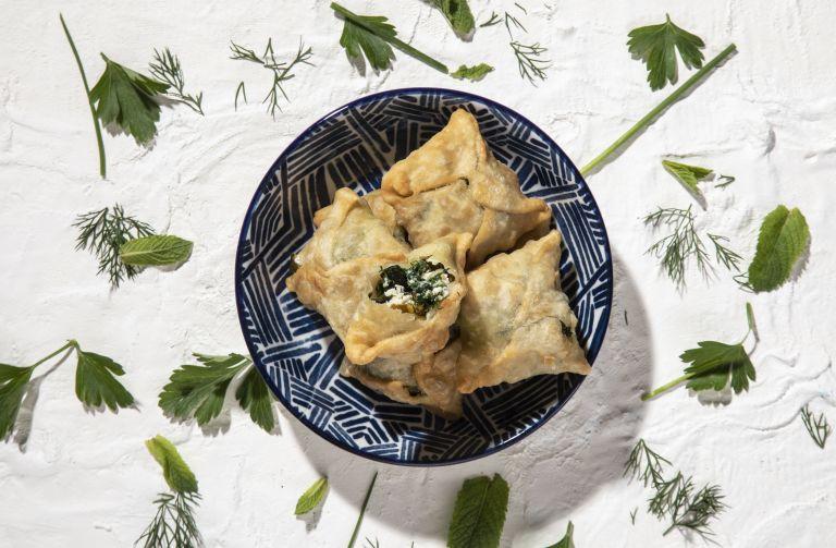 Πιτάκια με 16 ειδών αρωματικά, χορταρικά και ξινομυζήθρα | tovima.gr