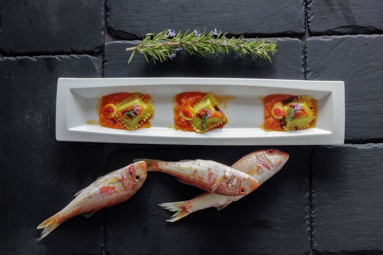 Ραβιόλι γεμιστό με μπαρμπούνι και σάλτσα σαβόρο | tovima.gr